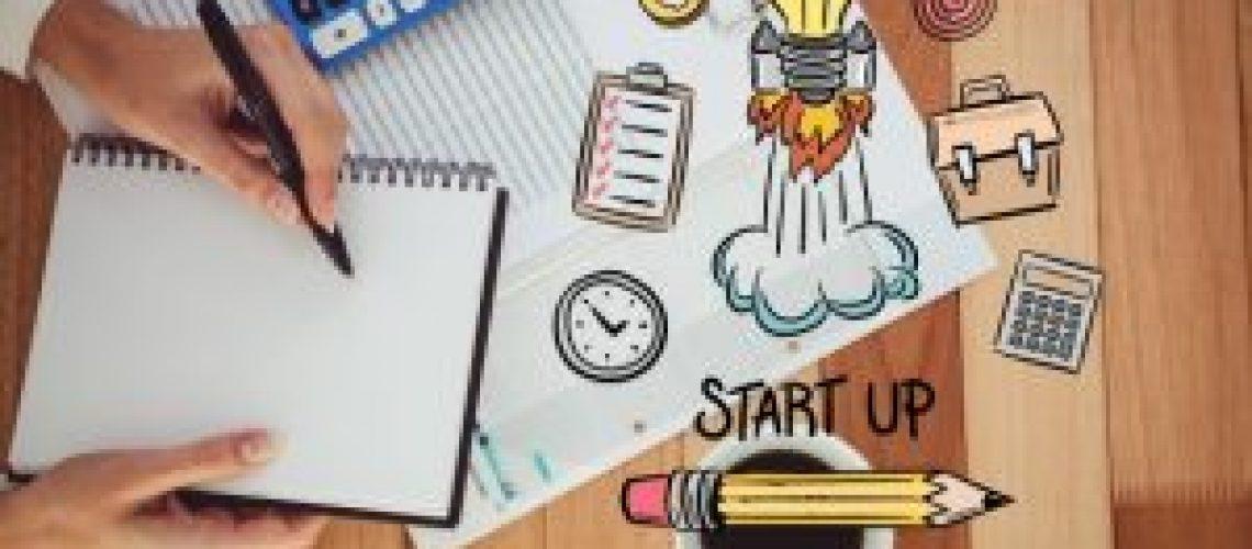 mujer-sosteniendo-un-cuaderno-en-blanco-y-dibujos-de-colores_1134-74-300x200